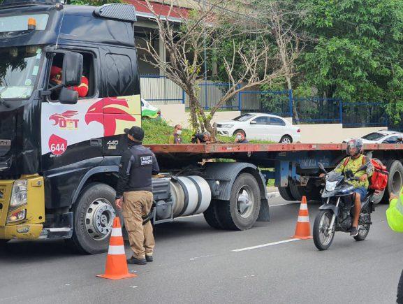 Operação Carga Pesada já autuou 213 motoristas e removeu 26 veículos das ruas de Manaus