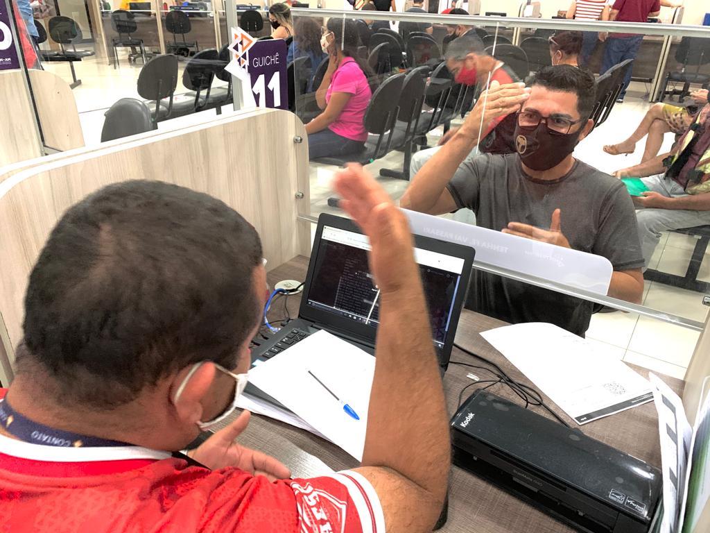 Deficientes auditivos contam com intérpretes de Libras para atendimento no Detran-AM